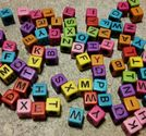 Bokstavspärlor 100st mixade kuber svart text