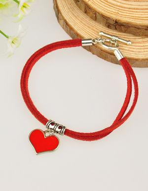 Mockaarmband rött med hjärta och togglelås