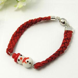 Mockaarmband flätat rött med lampwork snögubbe