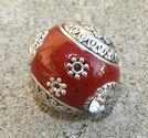 Indonesisk pärla röd med vit sten