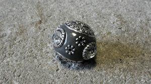 Indonesisk pärla mörkgrå med vit sten slät