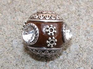 Indonesisk pärla brun med vit sten