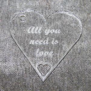 Plexiglas hänge hjärta 40mm *All you need is love*