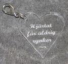 Plexiglas hänge hjärta 40mm *Hjärtat får aldrig rynkor*