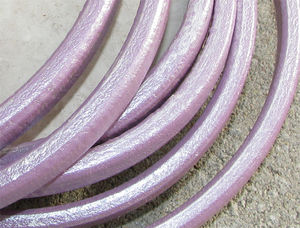 Regaliz läderrem 6x10mm lila metallic 20cm
