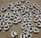 Bokstavspärlor 100st vita hjärtformade svart text